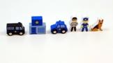 Polizei Set / Material: Holz / Inhalt: Polizeiwache, Gefangener, Polizist, Hund, Gefangentransporter, Polizeiauto / für Kinder ab 3 Jahren -
